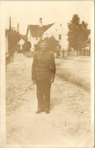 První velitel sboru před hostincem u Jandů na Holkově